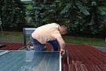Pokládání panelu na střechu