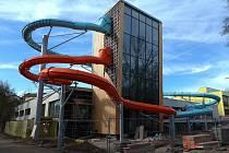 Rekonstrukce plaveckého bazénu pokračuje. Na věž již byly nainstalovány tobogánové tubusy.