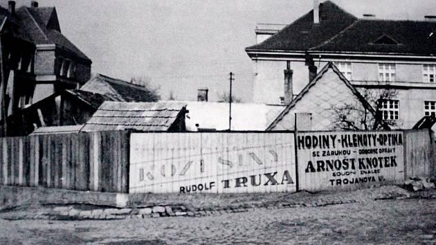 Vlevo v pozadí je Parlament, vpravo Živnodům. Snímek je pochází ze čtyřicátých let 20. století.