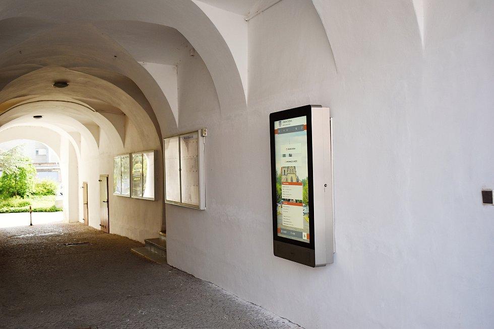Nová elektronická úřední deska v Rakovníku, která byla umístěna do průjezdu radnice.