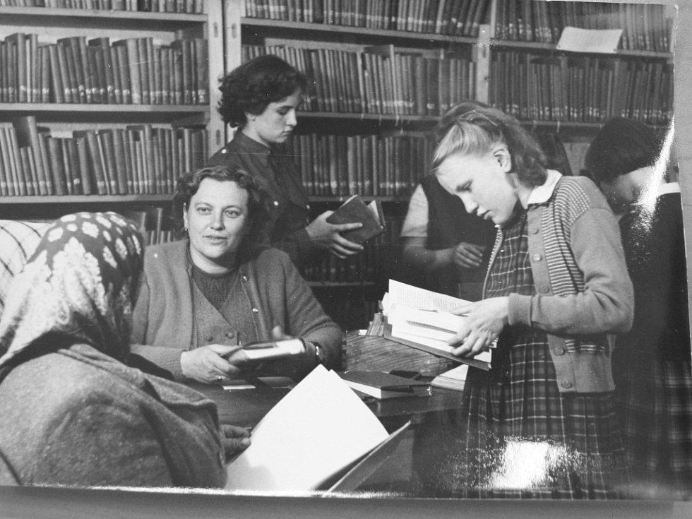 Historické foto z knihovny v Lšanech