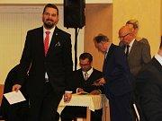 Ustavující zasedání novostrašeckých zastupitelů. Starostou města byl zvolen Karel Filip, místostarostou Jan Bureš.
