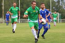 Na úvod divize fotbalisté SK Slaný (v modrém) vyhráli na hřišti Tatranu Rakovník 2:1 po penaltové rozstřelu. Tomáš Borák