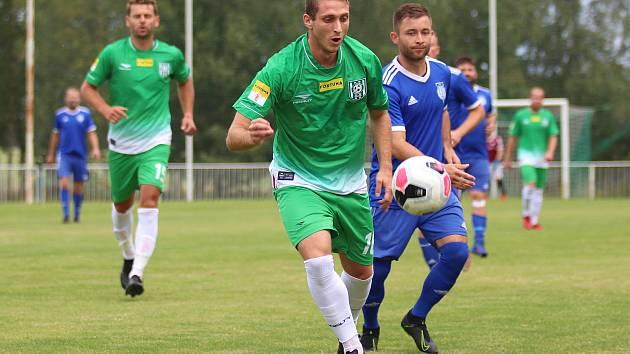 Na úvod divize fotbalisté SK Slaný (v modrém) vyhráli na hřišti Tatranu Rakovník 2:1 po penaltové rozstřelu. Tomáš Borák tady ještě hájil barvy Tatranu, teď je zpátky v Kladně.