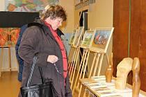 Velká podzimní výstava v mutějovické základní škole nabídla přehlídku děl hned šestnácti místních umělců.