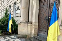 Praporce se symbolem státní vlajky Ukrajiny u budovy Krajského úřadu Středočeského kraje.