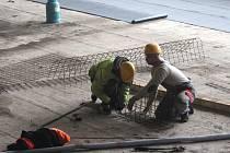 V Rakovníku pokračuje přestavba plaveckého areálu na menší aquapark, a to za zhruba 205 milionů korun.