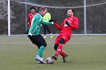 Tatran Rakovník (v zeleném) - FK Králův Dvůr 1:6. Domácí sice vedli, ale pak kraloval o soutěž výš hrající soupeř.