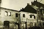 V60. letech došlo kpostupnému bourání domů vseverovýchodní frontě Husova náměstí. Ty nahradil hotel, později se sem přestěhovala poliklinika.