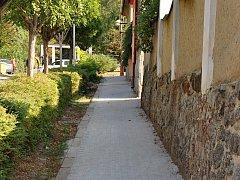 Fotografie chodníku v Kokrdovské ulici před a po rekonstrukci.