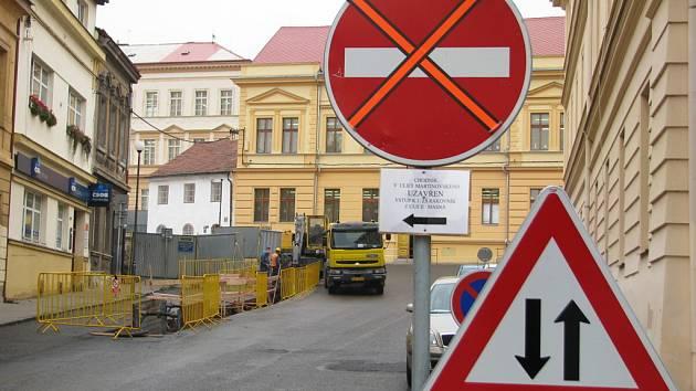 Dopravní značení a omezení v okolí stavby