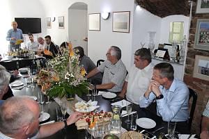 Rakovničtí zemědělci debatovali s ministrem zemědělství Miroslavem Tomanem a mimo jiné s ředitelem Povodí Vltavy Petrem Kubalou v prostorách firmy Lupofyt Chrášťany na Rakovnicku.
