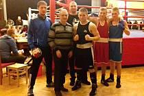 Novostrašečtí boxeři se starostou Nového Strašecí Karlem Filipem
