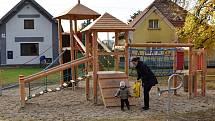 V parku na Tyršově náměstí  v Řevničově vzniklo nové dětské hřiště.