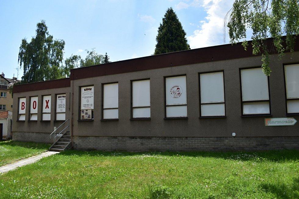 Sportovní klub Mec GYM vlastní ve Fojtíkově ulici v Rakovníku dvě tělocvičny. Svoje zázemí potřebuje díky velkému zájmu z řad cvičenců ještě rozšířit. Jednou z možností je objekt bývalé školky v sídlišti Gen. Kholla.