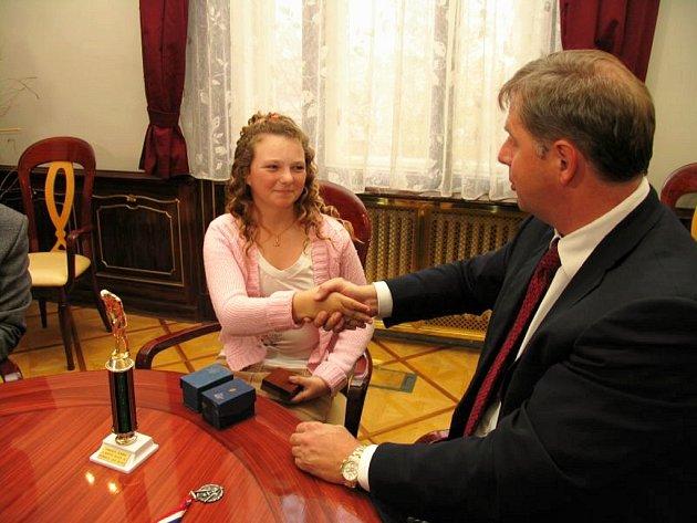 Hejtman Petr Bendl gratuluje Olivii Prokopové za sportovní úspěchy