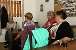 Beseda se zástupci Policie ČR v zasedací místnosti Svazu zdravotně postižených Rakovník na téma bezpečnost seniorů.