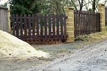 Jediná přístupová komunikace byla oplocena a následně zavezena hlínou a kamením.
