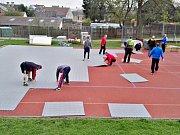 Hokejbalisté HBC Rakovník postavili u školy v Čisté mobilní hřiště.