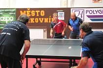 V říjnovém regionálním derby KS I. třídy podlehli stolní tenisté KST Rakovník B Sokolu Hředle nečekaně vysoko 2:10. Proti Mrázkovi se Šerákem se nedařilo ani dvojici KST Adamczuk (vlevo) a Brabec, která podlehla svým soupeřům 2:3 na sety.