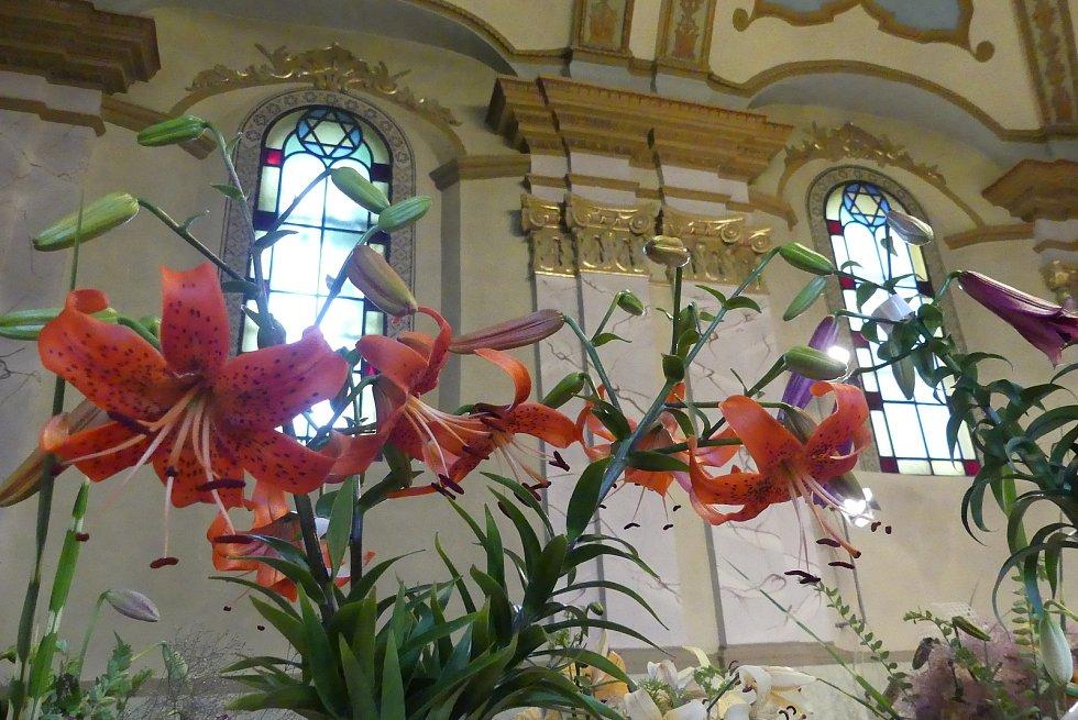 Rakovnickou synagogu zkrášlily lilie.