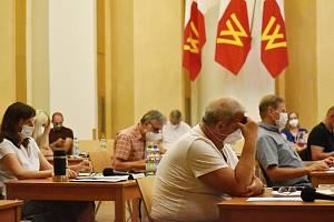 Červnové zasedání novostrašeckých zastupitelů v Novostrašeckém kulturním centru.