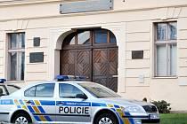 Policisté před budovou rakovnického gymnázia