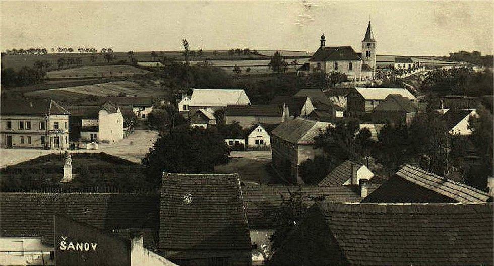 Šanov, pohled na náves ze školy v roce 1938.