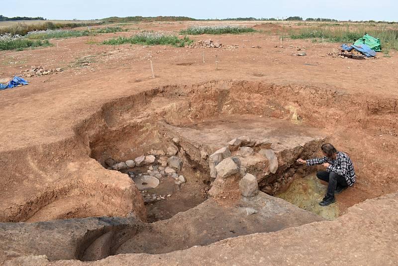 Archeologický výzkum u Nesuchyně se chýlí ke konci. Jedním z posledních nálezů je zaniklý zájezdní středověký hostinec.