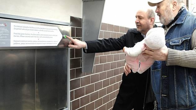 Babybox v Rakovníku. Na snímku Ludvík Hess s panenkou v ruce a ředitel rakovnické nemocnice Jaromír Bureš.
