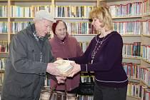 Věra Hejhalová(uprostřed) s manželem a vedoucí knihovny Jitkou Tomšů