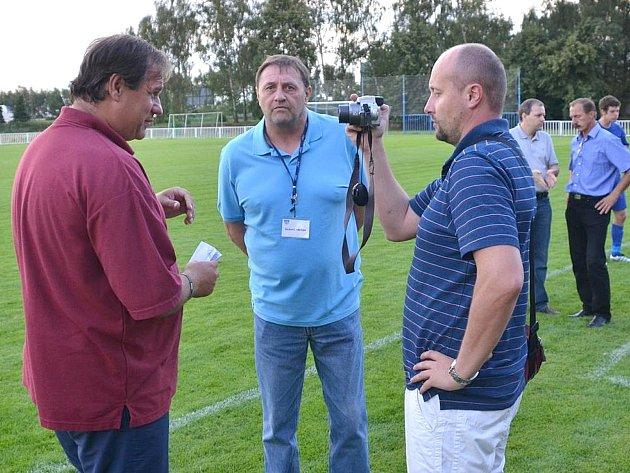 Lidé odvedle: novostrašecká fotbalová legenda Miloslav Mrázek (uprostřed) strenérem Kladna Danem Drahokoupilem a redaktorem Pavlem Olivou
