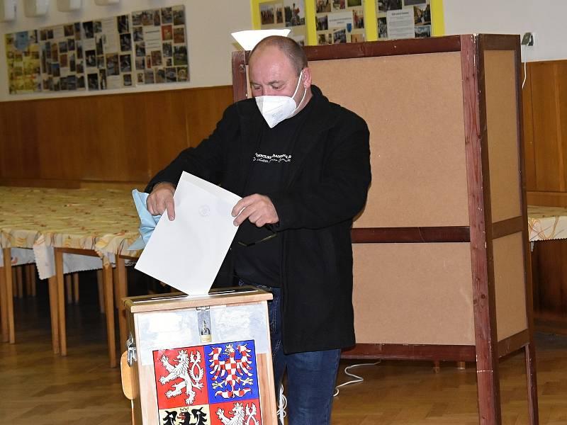 Sněmovní volby v Kulturním domě v Senomatech.
