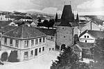 Pohled na východní část Zákostelí ještě s původním barokním děkanstvím, které bylo na konci třicátých let zbouráno a nové postaveno o několik metrů severněji.