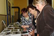 Před začátkem oslav návštěvníky zahnal déšť do sokolovny. Alespoň si tam v klidu prohlédli výstavu dobových materiálů.