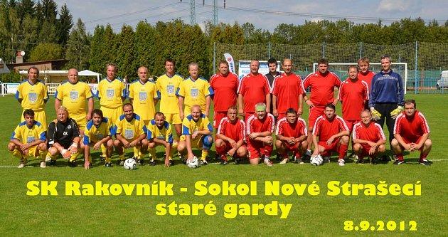 Lidé odvedle: novostrašecká fotbalová legenda Miloslav Mrázek. Při exhibici vroce 2012 - Mrázek je včerveném první vlevo nahoře.