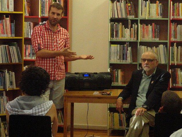V rámci Turné v hajzlu s projektem Listování dorazil do Rakovníka americký spisovatel C. D. Payne.