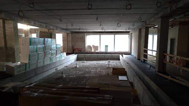 Rekonstrukce plaveckého areálu v Rakovníku pokračuje.
