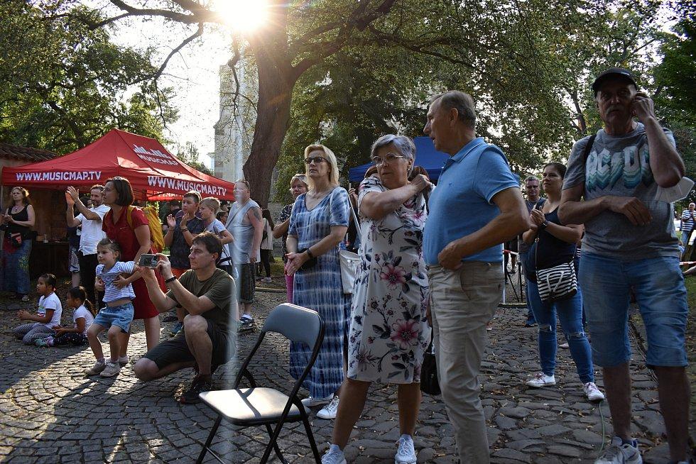 Základní kolo středočeské Skutečné Ligy 2021 před rakovnickým muzeem.