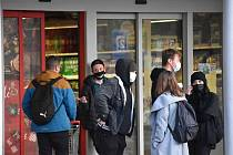 Před Billou korigoval počet lidí v obchodě hlídač, který zákazníky upozorňoval na povinnost nákupu s vozíkem.