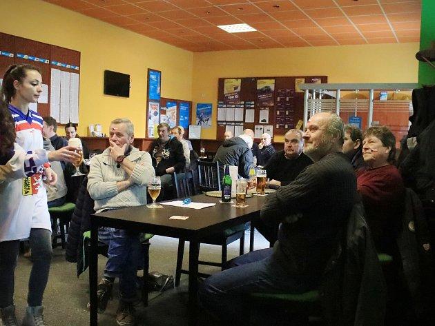 Rakovničtí občané sledovali hokejové utkání českého týmu s Ruskem v několika restauracích.