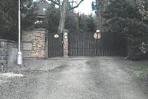Plánovaný územní plán počítá s tím, že vrata od pozemku Petrželkových nahradí veřejná komunikace, která povede přes jejich zahradu.