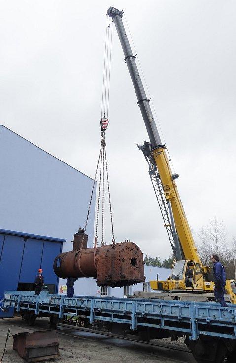 Nakládka kotle parní lokomotivy Matyldy, který nedávno zamířil z Lužné na opravu do Přerova.