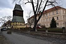 Vznik opěrné zdi s kováním u zvonice při kostele sv. Bartoloměje v Rakovníku.