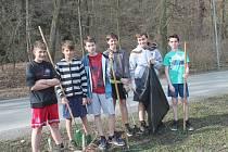 Žáci uklízeli okolí křivoklátské školy