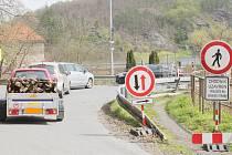 Asi většiny obyvatel Křivoklátska, ale i projíždějících návštěvníků, se v jisté míře dotkla probíhající rozsáhlá oprava mostu přes řeku Berounku v Roztokách. Rekonstrukce začala už na konci listopadu a střídavě zde dochází k omezení dopravy na jeho obou s