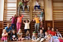 Hodina tělesné výchovy druhé a třetí třídy při návštěvě ZŠ Kounov
