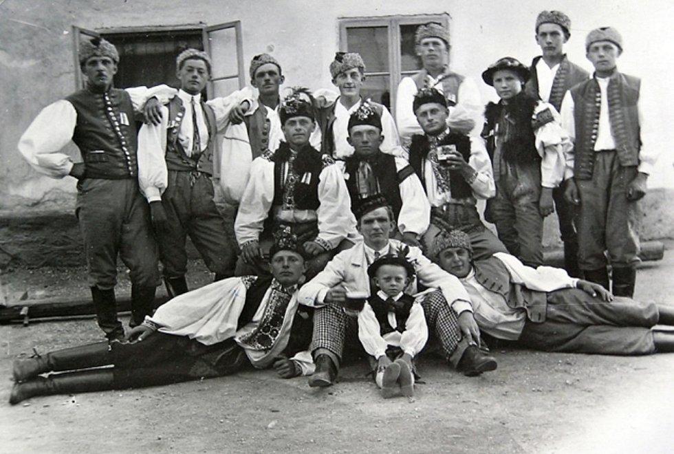 Chrášťanští chlapci v krojích.