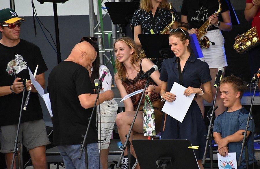 V rakovnickém letním kině se opět hrálo. Třetím letošním koncertem bylo vystoupení školních kapel Základní umělecké školy Rakovník - Grippeds a The Smallpeople.