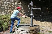 Voda mizí, některé obce ji musí dovážet.